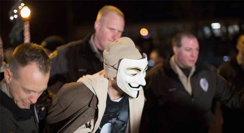 أحد أفراد أنونيموس عند اعتقاله.