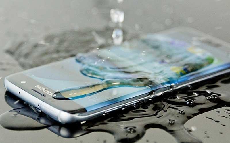 حتى الهواتف المقاومة للماء من الممكن أن تتضرر من السقوط في الماء