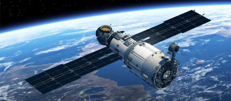 قمر صناعي في الفضاء يدور حول الأرض