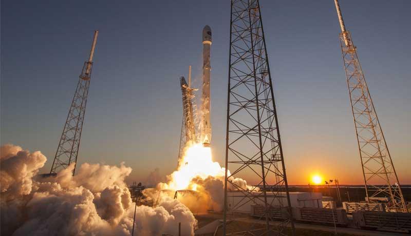 عملية إطلاق صاروخ Falcon 9 من شركة SpaceX وعلى متنه أقمار صناعية