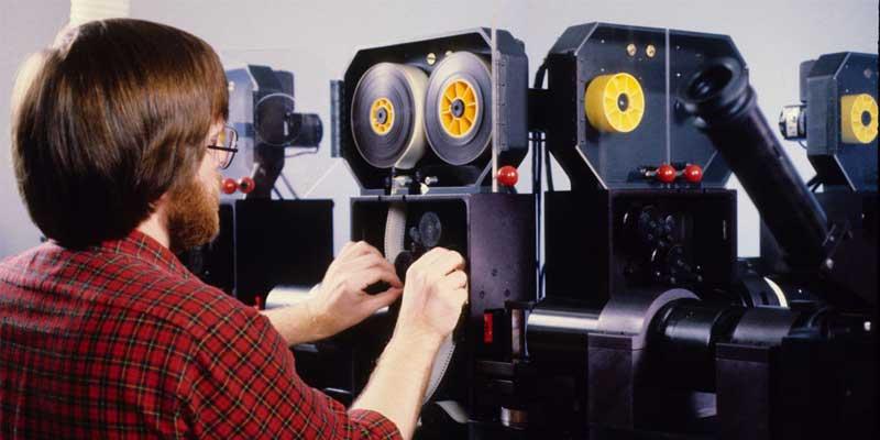 آلة تقوم بطباعة الفيلم لإزالة الخلفية عبر الشاشة الخضراء