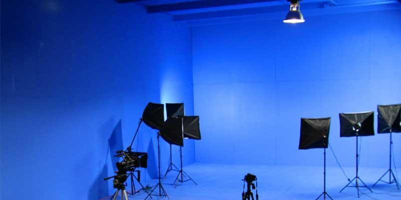 في الكثير من الأفلام لا تزال الخلفية الزرقاء مستخدمة لعزل العناصر وإزالة الخلفية